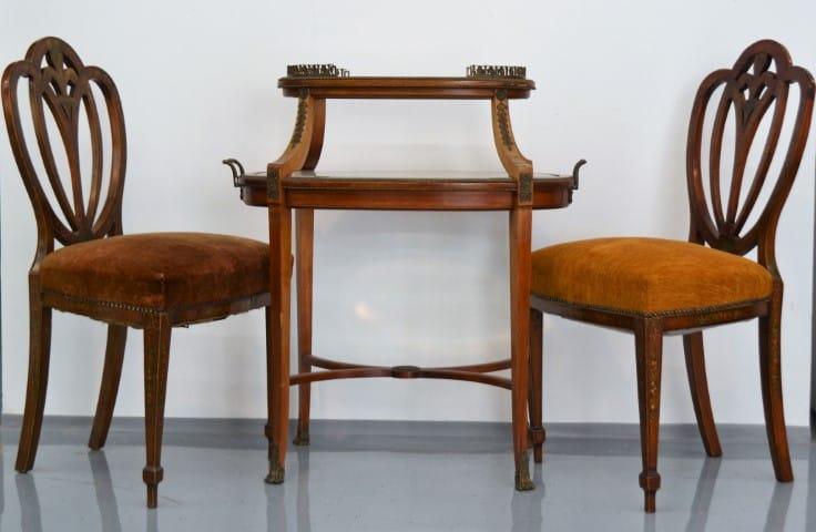Zsúrasztal festett székekkel