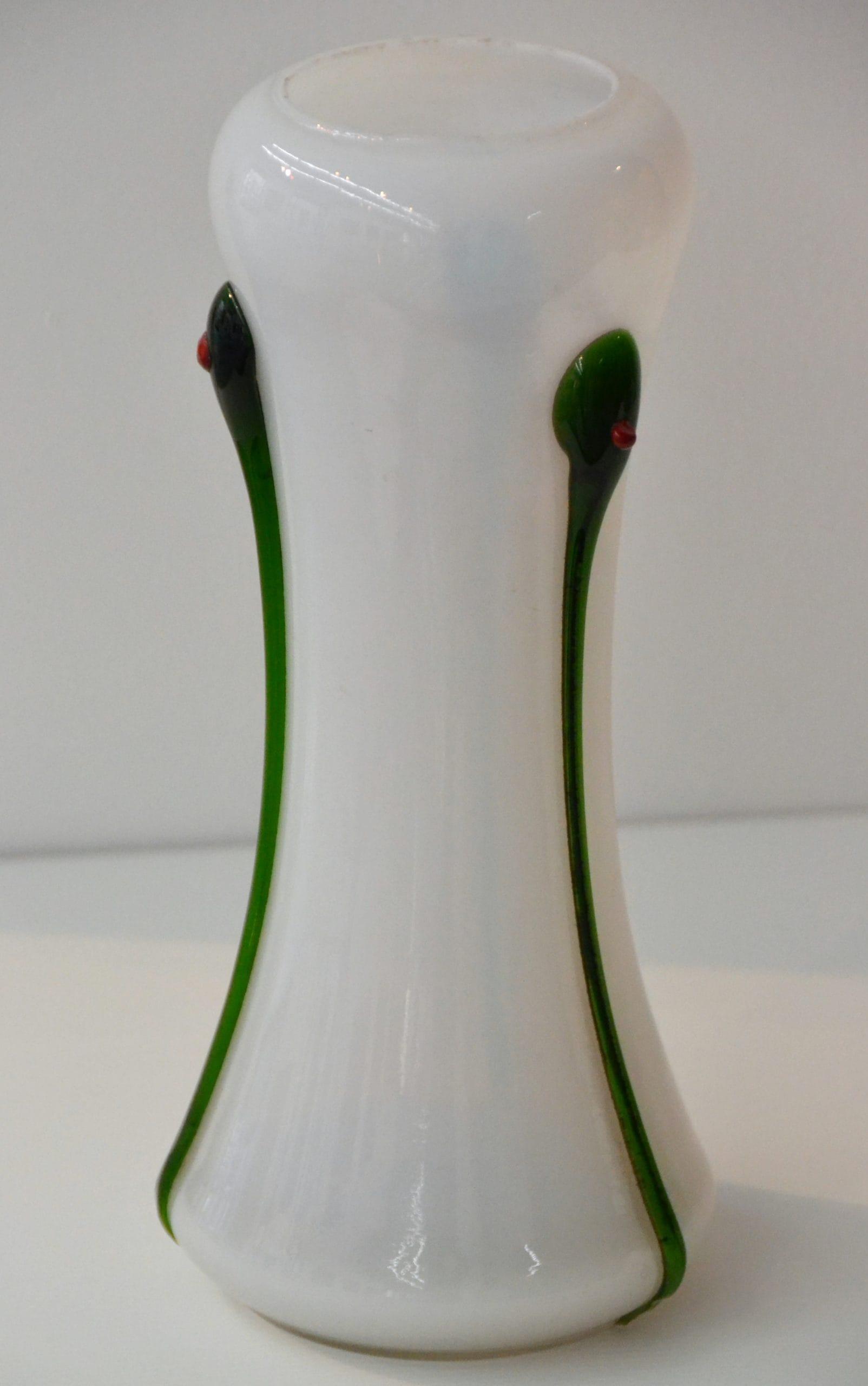 Fehér szecessziós váza