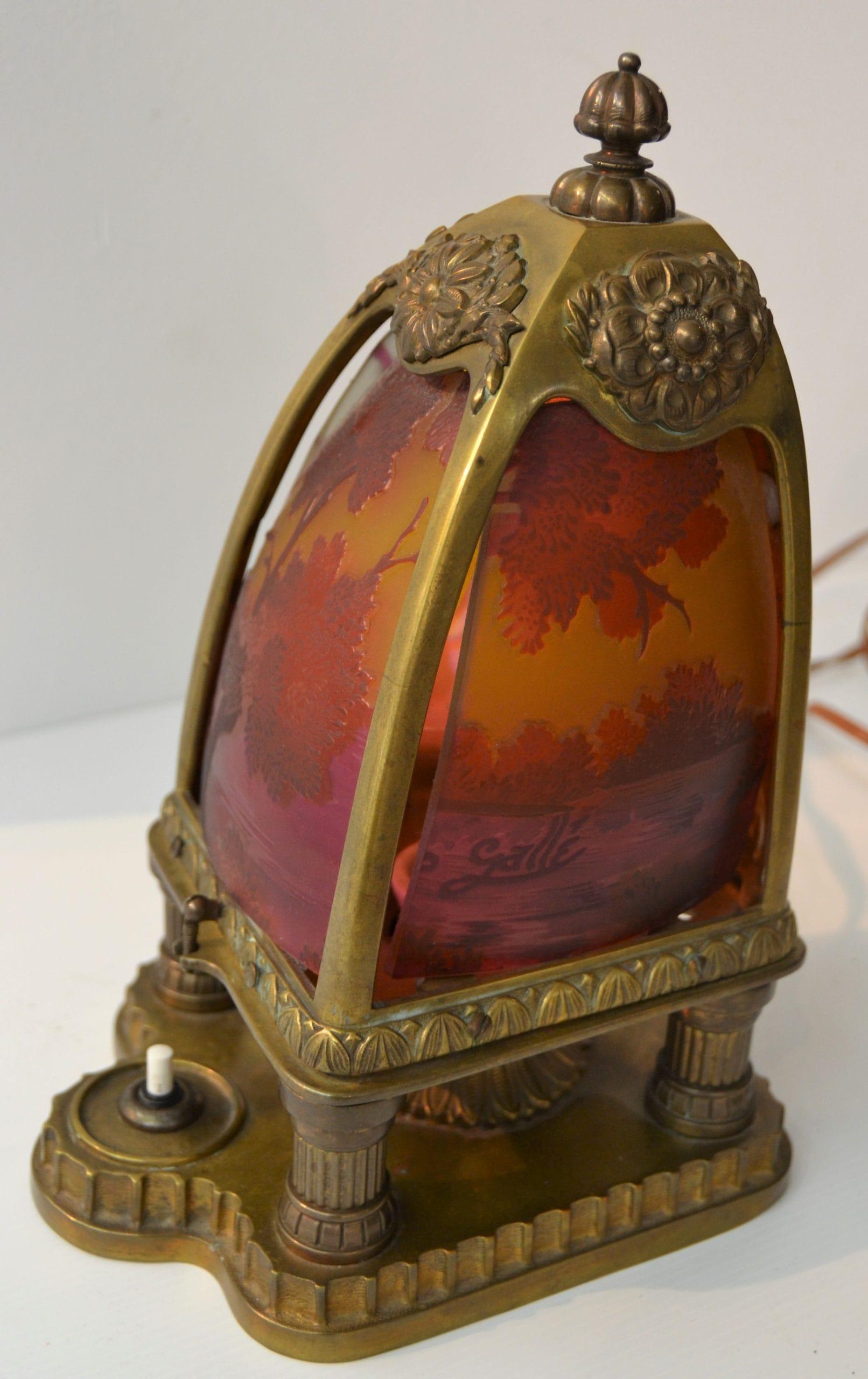 Gallé lámpa, jelezve az oldalán
