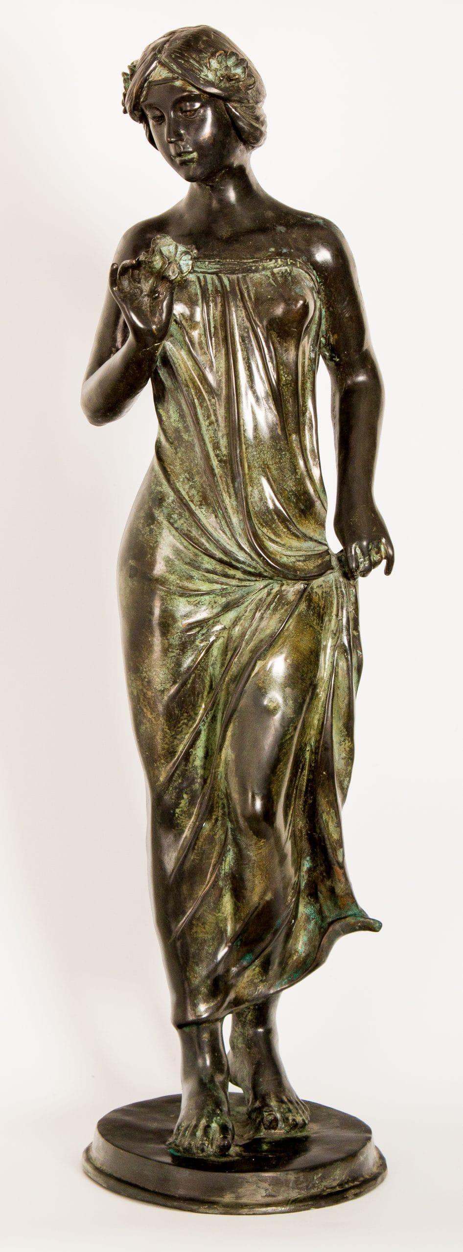 Egész alakos női szobor